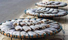Torkad fisk på bamburastret i den soliga dagen Arkivfoto