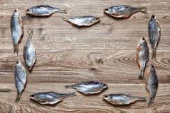 Torkad fisk på en träbakgrund Royaltyfri Foto