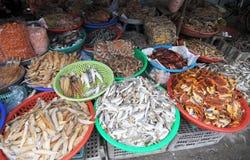 Torkad fisk på marknaden i Tra Vinh, Vietnam Arkivfoton