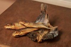 Torkad fisk på tabellen ölmellanmål till Arkivfoton