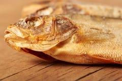 Torkad fisk på tabellen ölmellanmål till Arkivfoto