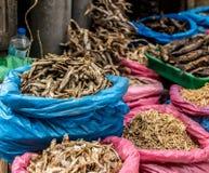 Torkad fisk som är till salu på den nepalesiska gatamarknaden Royaltyfria Bilder