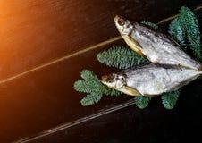 Torkad fisk som ligger på tabellen arkivfoto