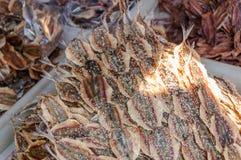 Torkad fiskhög på marknaden arkivbilder