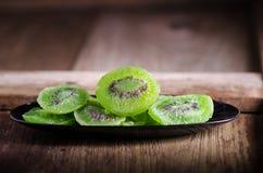torkad kiwi på trätabellen Arkivfoto