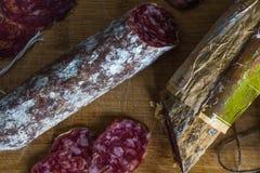 Torkad korv & x28; Salami& x29; med formen på gammal träskärbräda Royaltyfri Foto