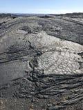 Torkad lava för Volcanoes nationalpark nära havet fotografering för bildbyråer