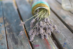Torkad lavendel i en murarekrus på en gammal trätabell Arkivfoto
