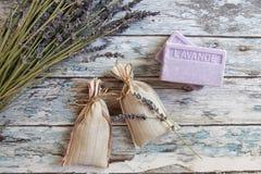 Torkad lavendel och lavendeltvål arkivbilder