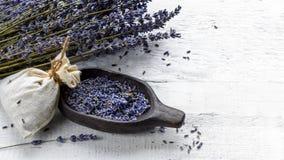 Torkad lavendelgrupp och påse som fylls med torkade blommor royaltyfri fotografi