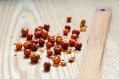 Torkad mexicansk varm peppar på en träyttersida Fotografering för Bildbyråer