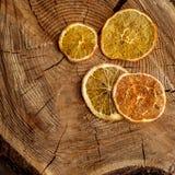 Torkad orange skiva på träbakgrund Arkivfoto