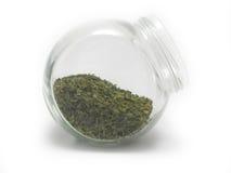Torkad parsley i ett krus Arkivfoton