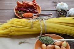 Torkad pasta band med rad med kryddor arkivbild
