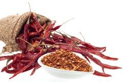 Torkad peppar för röd chili som isoleras på vit bakgrund Arkivfoton