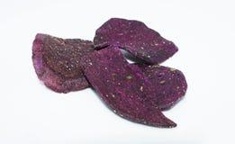 torkad purpurfärgad sötpotatis på bakgrund - sund mat för fruktgrönsak arkivbilder