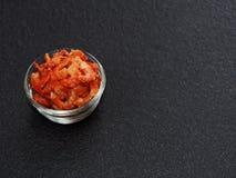 Torkad räka eller räka i en glass bunke på mörk bakgrund Royaltyfri Bild