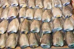 Torkad rimmad fisk på järnskyddsgallret Fotografering för Bildbyråer