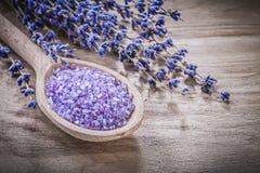 Torkad salt träsked för parfymerat läkande lavendelhav på trä bo royaltyfri foto