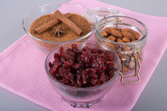 Torkad tranbär, mandlar, farin och kanel Arkivfoton