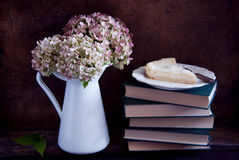 Torkad vanlig hortensiablommor och paj Royaltyfria Foton