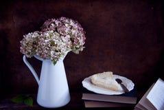 Torkad vanlig hortensiablommor och paj Arkivbild