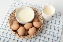 Torkade äggviteämnen och ägg i basket02en royaltyfri bild