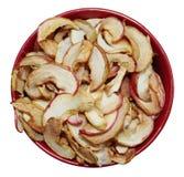 Torkade äpplen i plattan royaltyfria foton