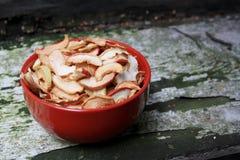 Torkade äpplen i plattan arkivbilder