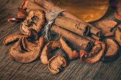 Torkade äppleskivor i en kanfaspåse och på ett brunt bräde, bästa sikt, tappningtoning close upp royaltyfri bild