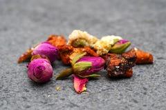 Torkade örter och blommor för te royaltyfri bild