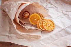 Torkade apelsiner i en pappers- pappers- påse Arkivfoto