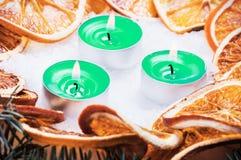 Torkade apelsiner och stearinljus Arkivfoton
