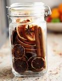 Torkade apelsiner som förseglas i ett krus - julprydnad Royaltyfri Foto