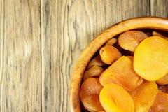 Torkade aprikors, torkade frukter i en träplatta Lantlig stil Honom Fotografering för Bildbyråer