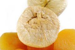 Torkade aprikors och torkade fikonträd på vit Arkivfoton