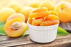 Torkade aprikors på bakgrund för nya frukter royaltyfri fotografi