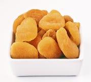 Torkade aprikosar i bunke Royaltyfri Bild