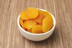Torkade aprikosar i vitmaträtt Fotografering för Bildbyråer