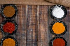 torkade aromatisk kokkonst för tillsatser olika kryddor för det naturliga valet för elementmatingredienser Royaltyfri Fotografi