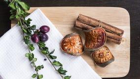 Torkade balfrukt, kanel och örter på den lekmanna- skärbrädalägenheten Arkivbild