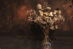 Torkade blommor i en glass krus arkivbild