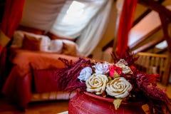 Torkade blommor i en romantisk lägenhet arkivfoto
