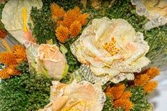 Torkade blommor i förgrunden, buketter av torkade blommor, blommaordning Arkivbild