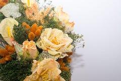 Torkade blommor i förgrunden, buketter av torkade blommor, blommaordning Royaltyfri Foto