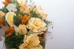 Torkade blommor i förgrunden, buketter av torkade blommor, blommaordning Arkivfoton