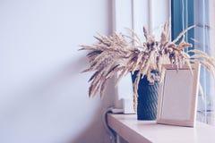 Torkade blommor i korgen Arkivbilder