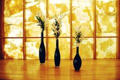 Torkade blommor i vas över grungebakgrund. Royaltyfri Foto