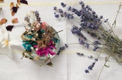 Torkade blommor på tabellen royaltyfri foto