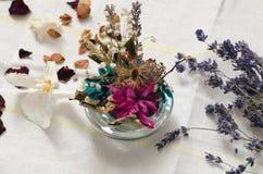 Torkade blommor på tabellen arkivfoto